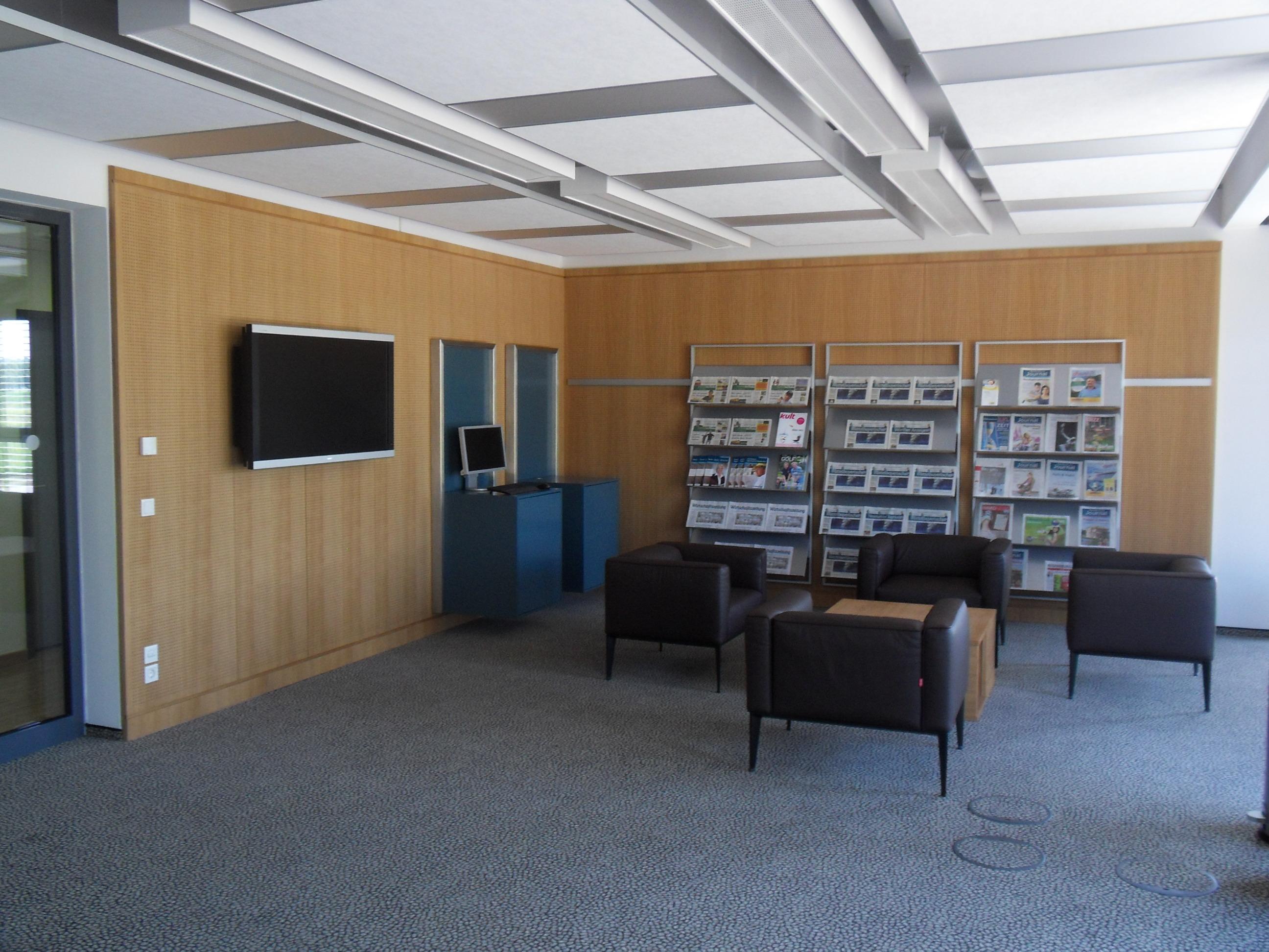 Akustiholzelement mit Computerablagen und Zeitungselementen
