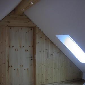 Raumteiler in Dachschräge montiert