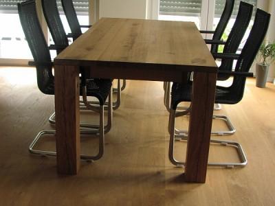 Eichen Bretter zur Platte verleimt, 4 Balken als Beine unter der Platte montiert und fertig ist der Tisch