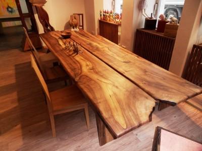 Die Tischplatte hat eine markante Struktur