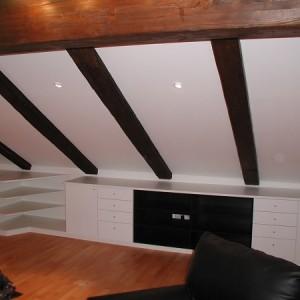 Wohnzimmer Möbel in der Dachschräge integriert