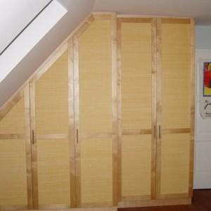 Kleiderschrank in der Dachschräge verbaut