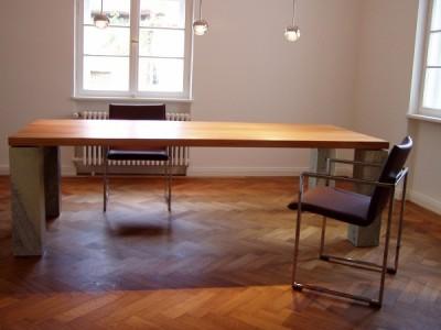 Die Tischplatte aus Rüsterholz mit 20 cm dicken Steinquadern