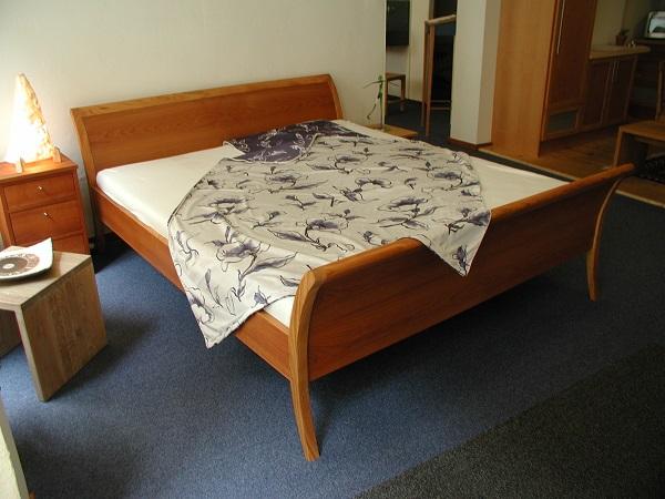 Bett und Nachtkästen sind aus Amerikanischer Kirsche gebaut.