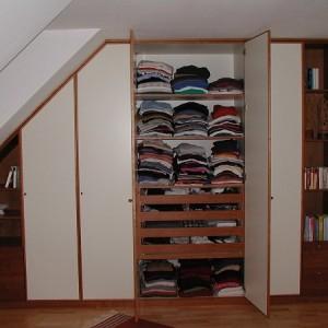 Kleiderschrank in Dachschräge montiert
