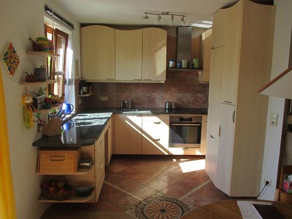 Küche in Ahorn mit Steinplatte